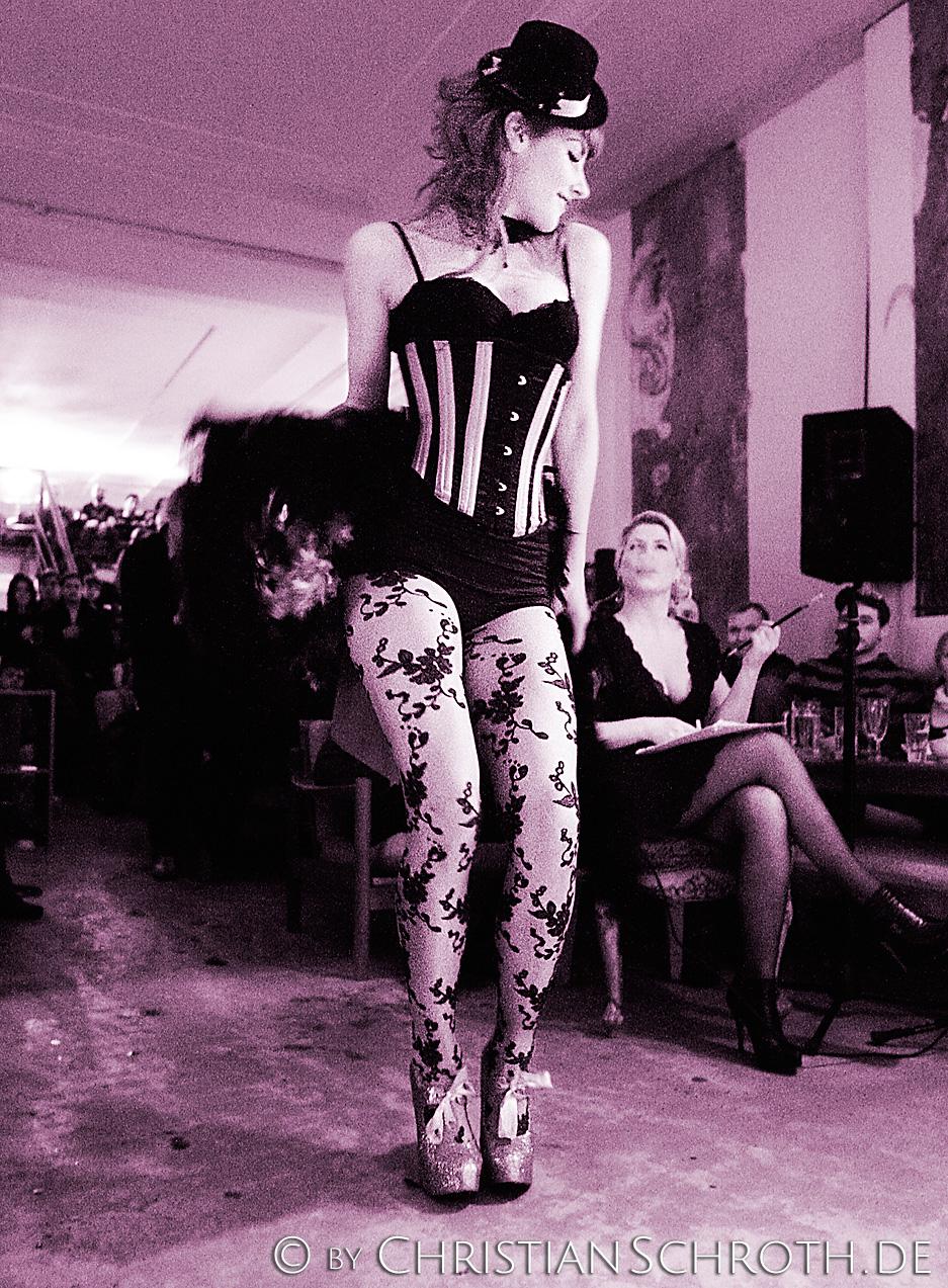 Die Tänzerin Inka Neumann aka Miss Little Red Diamond zeigt Burlesque-Tanz